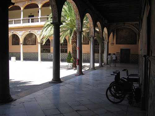 A patio with wheelchairs at Granada's Hospital